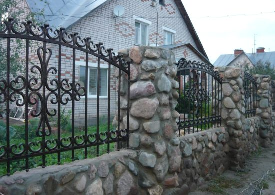 Кованые заборы - варианты дизайна, фото заборов и ворот с элементами ковки