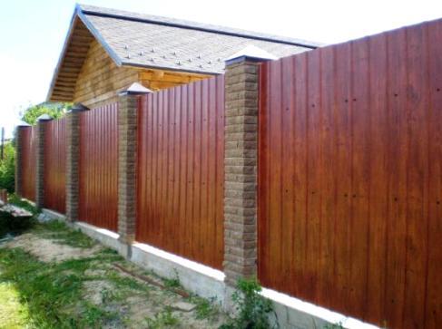 Забор с кирпичными столбами - варианты и особенности строительства