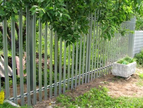Заборы из металлического штакетника. Как установить забор из евроштакетника